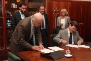 Rui Carp, presidente do conselho de administração da INCM, e José António Silveira Godinho, presidente da Valora, no momento da assinatura
